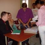 Die Angestellte des Zivilstandsamtes sortiert und kontrolliert all unsere Unterlagen und Dokumente...